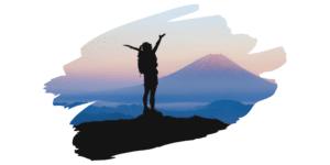 Frau auf Berg mit Rucksack hebt Arme blaue Stunde