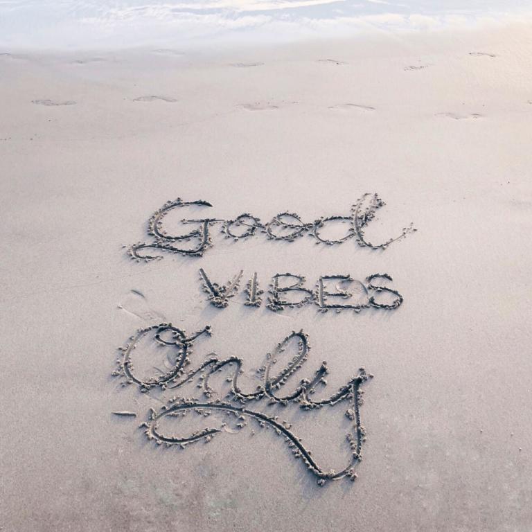 "Schrift am Strand ""Good Vibes only"""