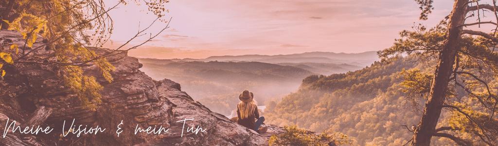 Frau auf Berg im Sonnenaufgang mit Aussicht auf Tal und Berge