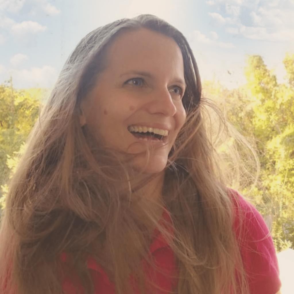 Portraitbild Rosa Kainz lachend, wehende Haare